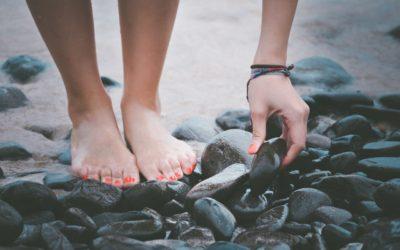 Οφέλη του ξυπόλητου περπατήματος σε λιθόστρωτο έδαφος